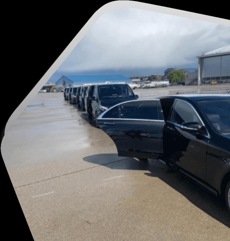 Voiture garée avec porte ouverte pour un transferts aux aéroports avec HLS Limousine